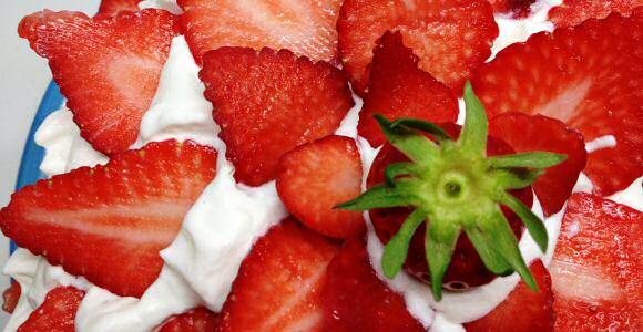 Lekkere aardbeiencake met verse aardbeien en slagroom