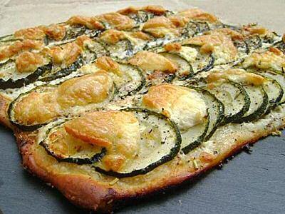 Supersnelle, makkelijke courgettetaart met platte kaas, schimmelkaas en Provençaalse kruiden