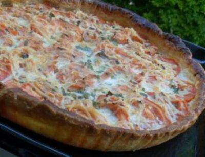 Makkelijke vistaart met makreelfilets uit blik, tomaat, bieslook, kruiden, melk, maizena en vers geraspte kaas.