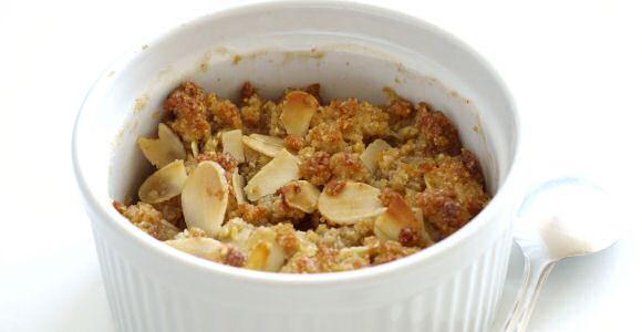 Makkelijk recept om lekkere crumble te maken met appels, amandelschilfers, boter, bloem en suiker
