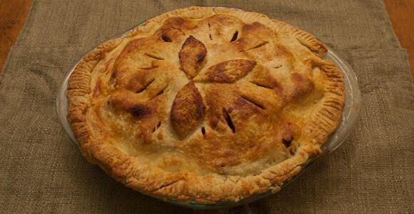 Lekker snelle appeltaart met kruimeldeeg, appels, kruiden en suiker.