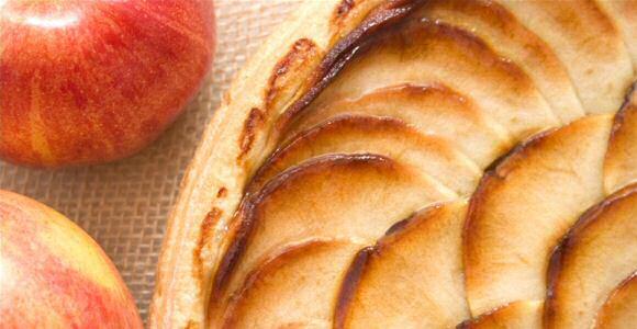 Lekker en veruit het makkelijkste taart recept met rode appels, snel gemengd deeg en een vulling op basis van roomkaas (appel-plattekaastaart)