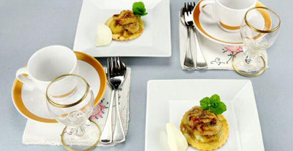 Bananentaartjes met kruimeldeeg en een lekkere tofee vulling met bananenschijfjes, kaneelpoeder en zeste van sinaasappel