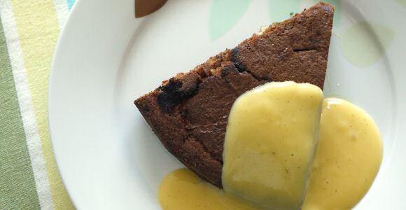 Lekkere, makkelijke chocoladecake geserveerd met een snelle vanillesaus