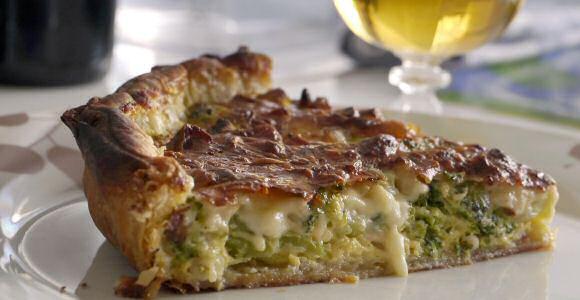 Hartige deegbereiding: een lekkere taart maken op bladerdeeg gevuld met broccoli en Franse kaas