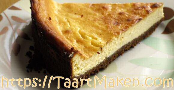 Platte kaastaart met zure room, gebakken in de oven op een bodem van gesmolten boter gemengd met verkruimelde speculoos koekjes