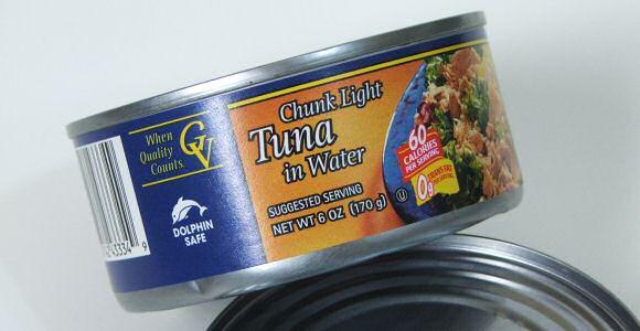 Tonijn in blik met water klaargemaakt alvorens te conserveren