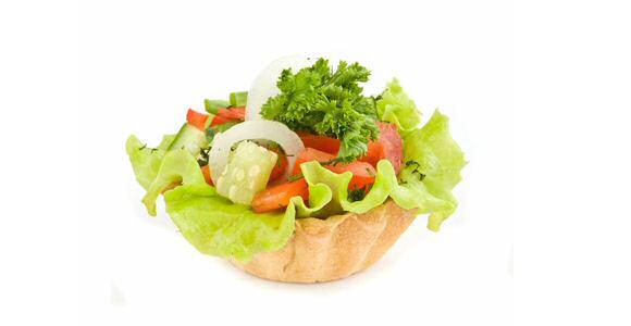 Lekker en makkelijk vegetarisch voorgerecht in een hartige taart van kruimeldeeg